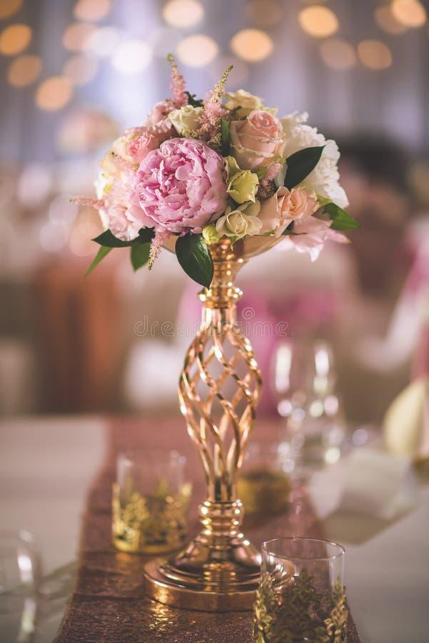 A tabela do casamento com arranjo floral exclusivo preparou-se para a peça central da recepção, do casamento ou do evento na cor  fotografia de stock royalty free