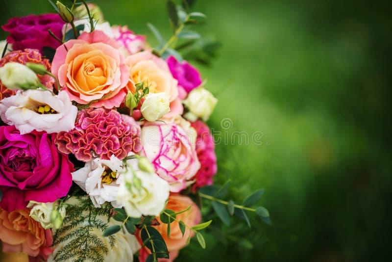 Tabela do casamento com o arranjo floral preparado para a peça central da recepção, do casamento, do aniversário ou do evento foto de stock royalty free