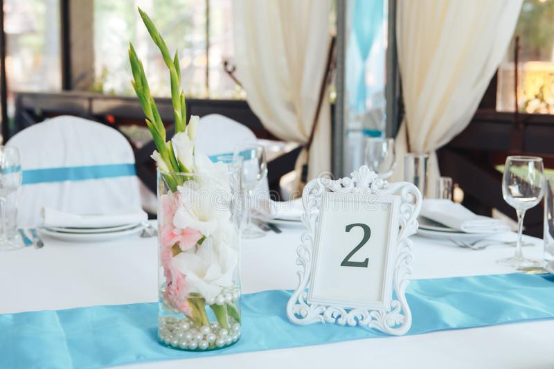 Tabela do casamento do convidado com número dois Tabela decorada e numerada do casamento com alimento fotos de stock