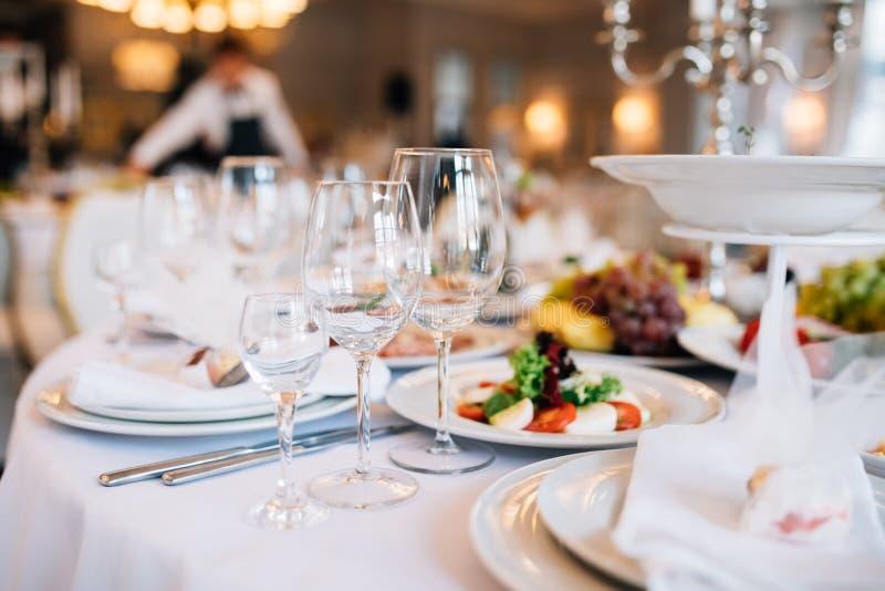 Tabela do casamento decorada com flores e serviço no restaurante Restaurante de Wrdding imagem de stock