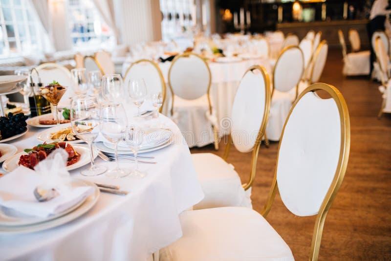 Tabela do casamento decorada com flores e serviço no restaurante Restaurante de Wrdding fotos de stock
