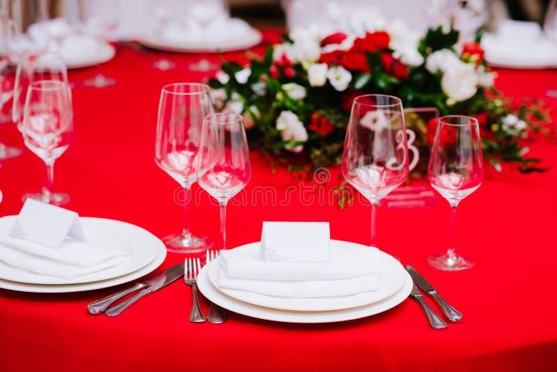 Tabela do convidado na cerimônia de casamento, decorada com ramalhete e ajustes fotos de stock