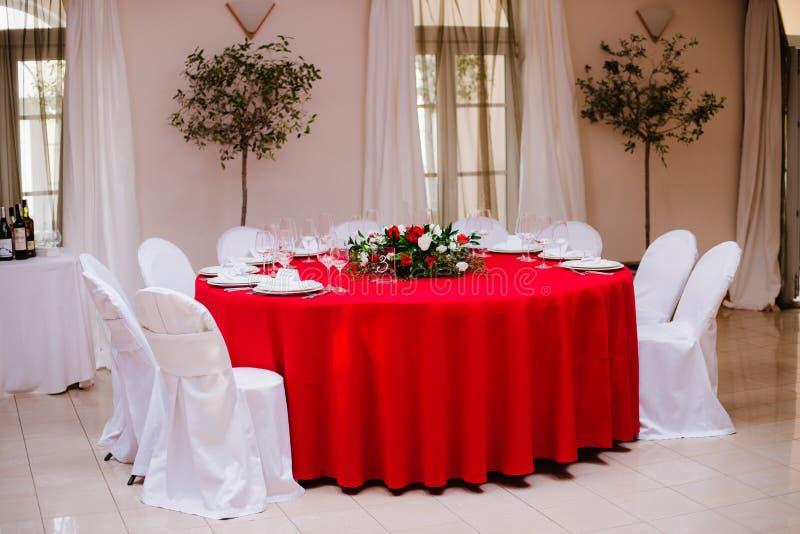 Tabela do convidado na cerimônia de casamento, decorada com ramalhete e ajustes imagem de stock royalty free