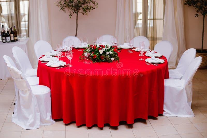 Tabela do convidado na cerimônia de casamento, decorada com ramalhete e ajustes imagens de stock