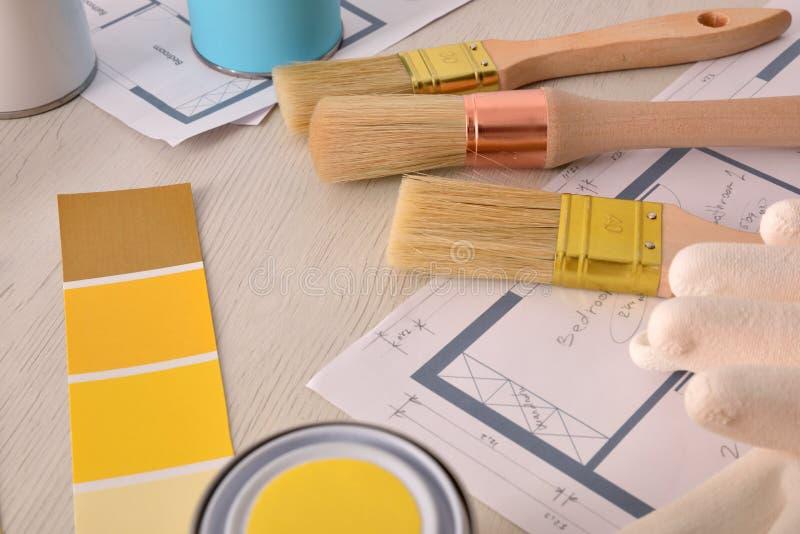 Tabela do decorador com projeto da pintura e opinião elevado do fundo das ferramentas imagem de stock royalty free