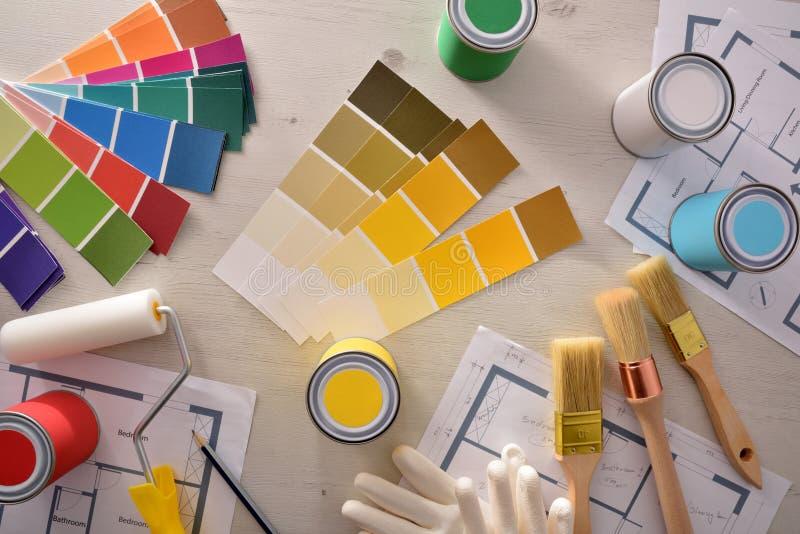 Tabela do decorador com projeto e abrigo da pintura da opinião superior da renovação fotos de stock royalty free