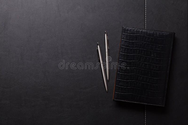 Tabela do escritório com bloco de notas, pena e lápis foto de stock royalty free