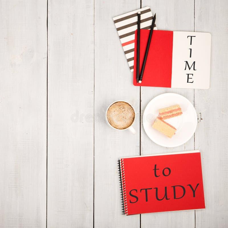 Tabela do escritório com blocos de notas e inscrição & x22; TEMPO a STUDY& x22; , xícara de café e waffles imagens de stock