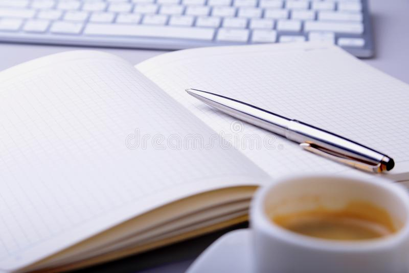 Tabela do escritório com caderno, teclado de computador, xícara de café, PC da tabuleta Copie o espaço fotografia de stock