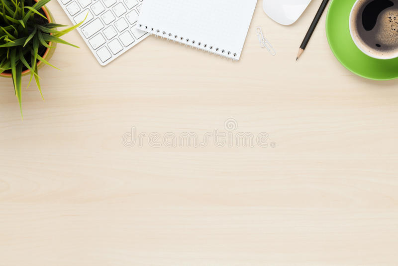 Tabela do escritório com o copo do bloco de notas, do computador e de café foto de stock