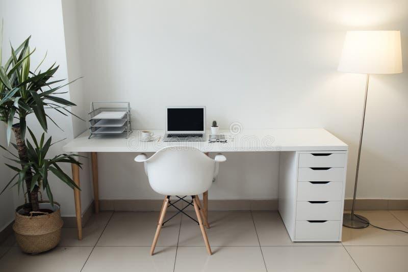 Tabela do escritório em que portátil, em café, em tabuleta, em câmera e em outros artigos imagens de stock royalty free