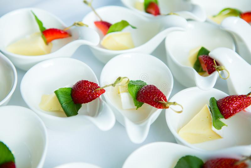 Tabela do evento do casamento do alimento da restauração Linha do bufete no casamento Close-up delicioso do aperitivo imagem de stock