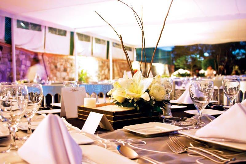 Tabela do evento social com peça central floral fotografia de stock royalty free