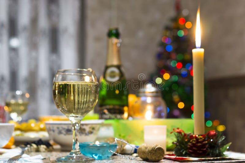 Tabela do Natal, árvore de Natal e champanhe imagens de stock
