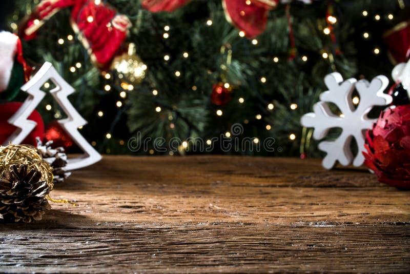 A tabela do Natal borrada ilumina o fundo, mesa de madeira no foco, prancha de madeira do Xmas, borra a sala home imagens de stock