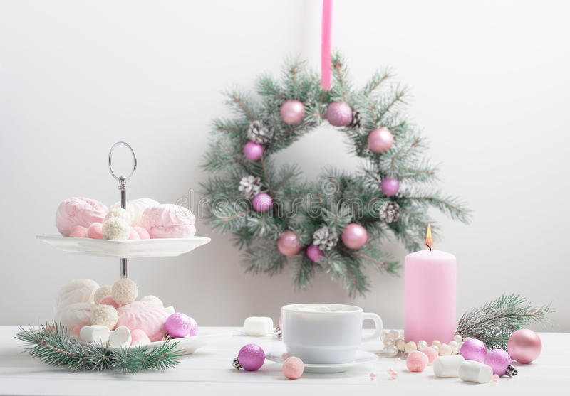 Tabela do Natal com xícara de café imagem de stock royalty free