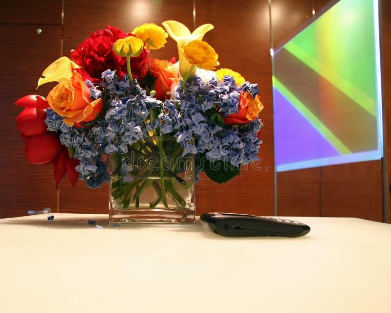 Tabela do negócio com flores fotos de stock