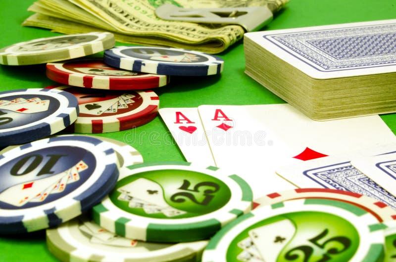 Tabela do pôquer com microplaquetas, dinheiro e cartões de jogo imagem de stock royalty free