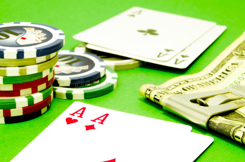 Tabela do pôquer com microplaquetas, dinheiro e cartões de jogo foto de stock royalty free