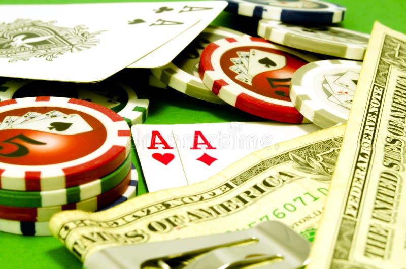 Tabela do pôquer com microplaquetas, dinheiro e cartões de jogo fotos de stock royalty free