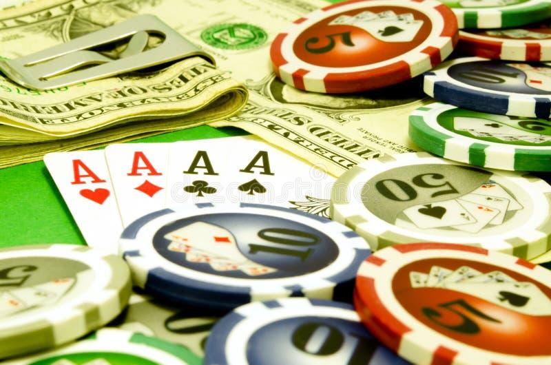 Tabela do pôquer com microplaquetas, dinheiro e cartões de jogo imagens de stock