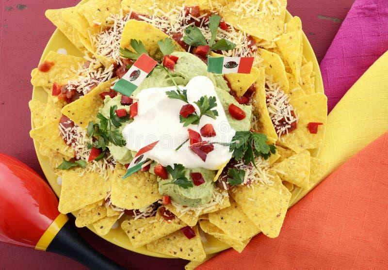 Tabela do partido de Cinco de Mayo com nachos fotografia de stock royalty free