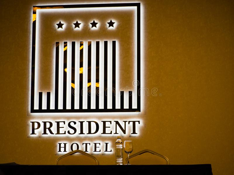 Tabela do presídio e logotipo iluminado na sala de conferências fotos de stock royalty free