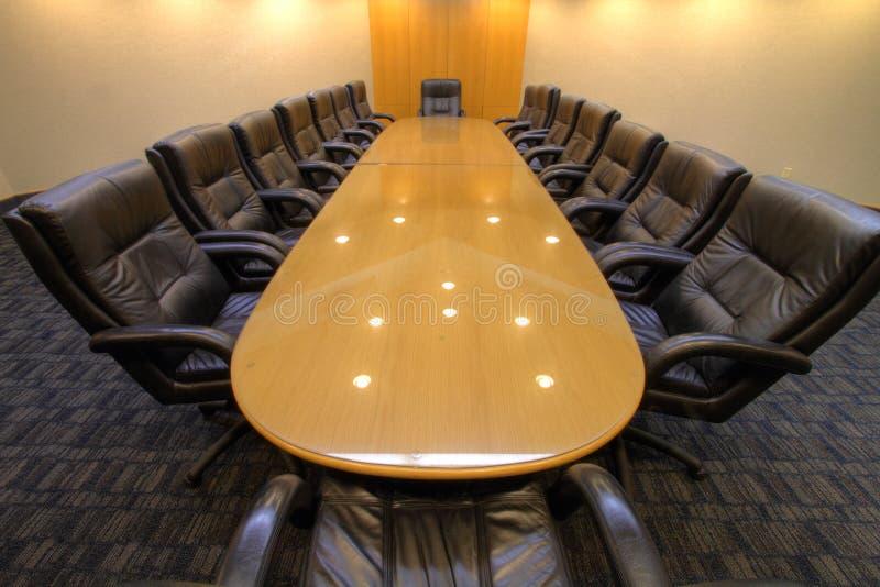 Tabela do quarto de placa na sala de conferências imagens de stock royalty free