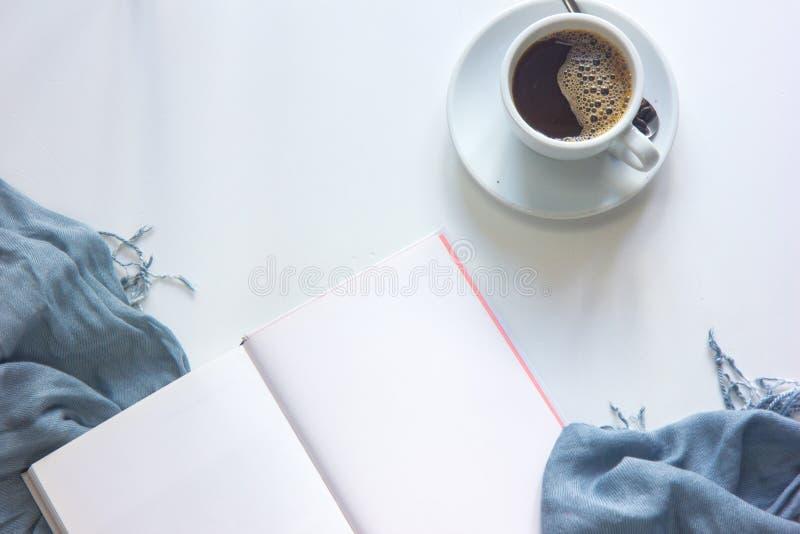 A tabela do vintage com copo de café, cookies, registra a configuração do plano fotografia de stock
