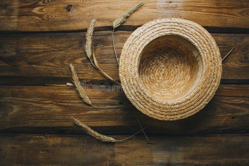 Tabela do vintage da casa da quinta com chapéu de palha e spikelets do trigo outono, opinião superior do verão com espaço da cópi imagens de stock