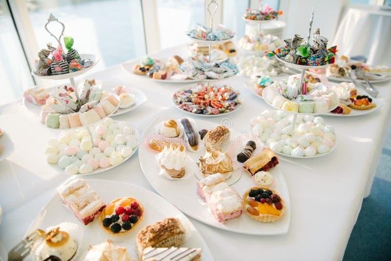 Tabela doce da sobremesa em um casamento Cakestand em um casamento fotos de stock