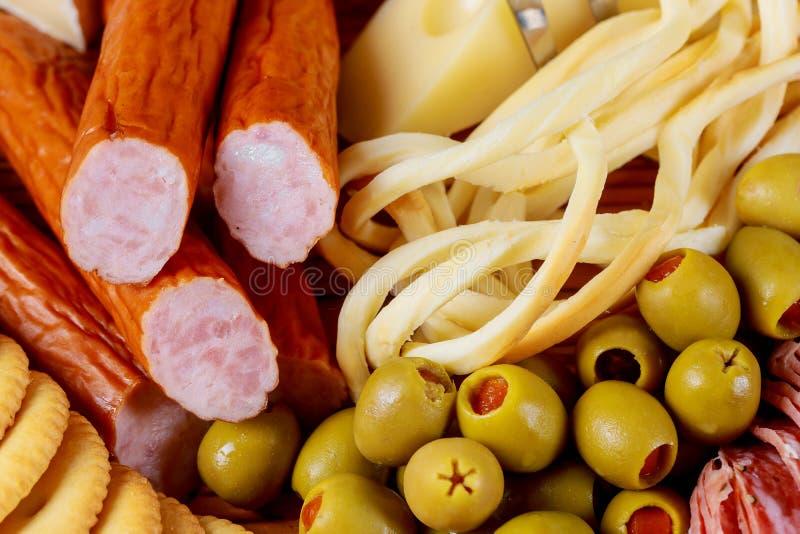 Tabela dos aperitivos com queijo das azeitonas e das salsichas e da opinião superior da placa da variedade da carne fotografia de stock royalty free