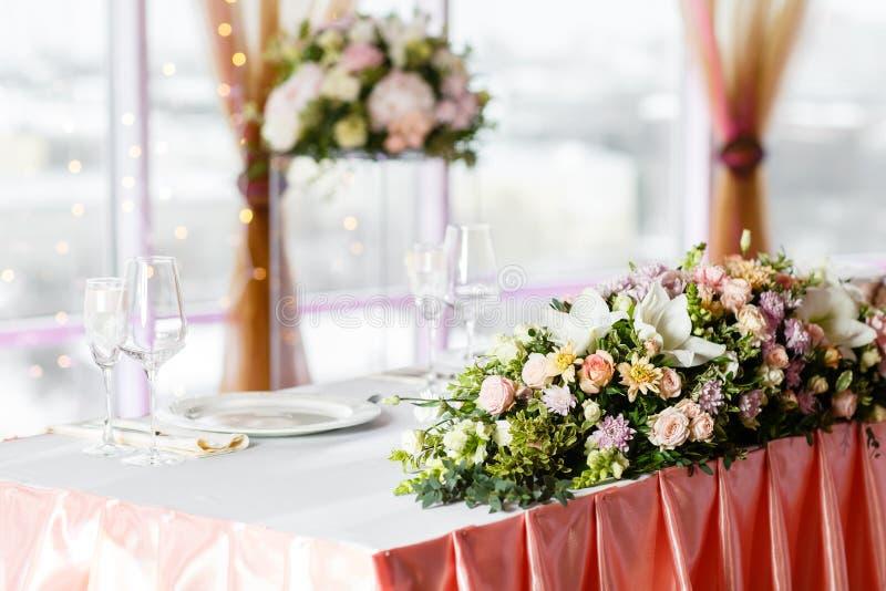 A tabela dos recém-casados Ajuste da tabela em um copo de água luxuoso Flores bonitas na tabela fotografia de stock royalty free