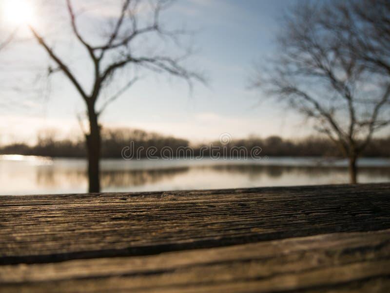 Tabela durante o por do sol perto da lagoa fotos de stock