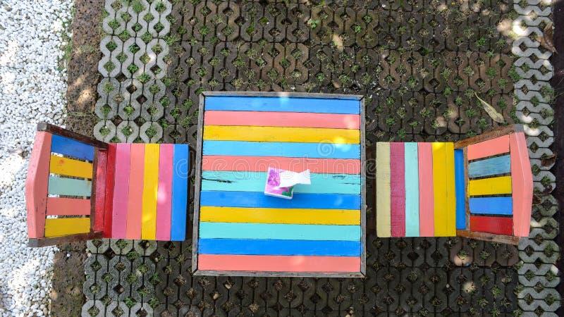 Tabela e cadeira coloridas foto de stock