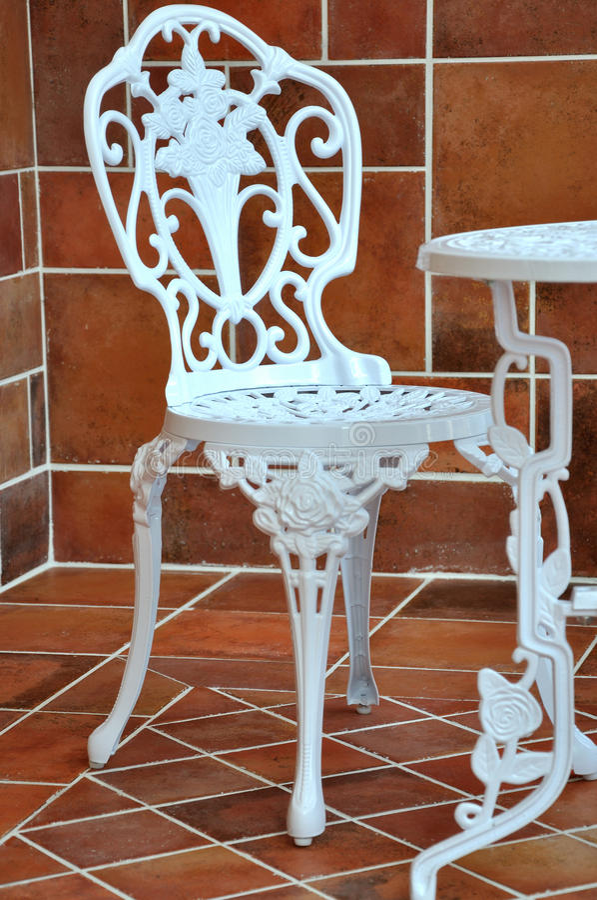 Tabela e cadeira do ferro na cinzeladura