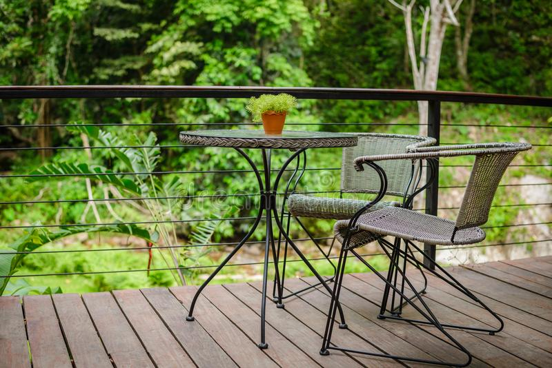 Tabela e cadeira na natureza imagens de stock royalty free