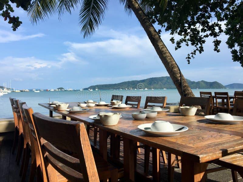 Tabela e cadeira na opinião do mar do restaurante foto de stock royalty free