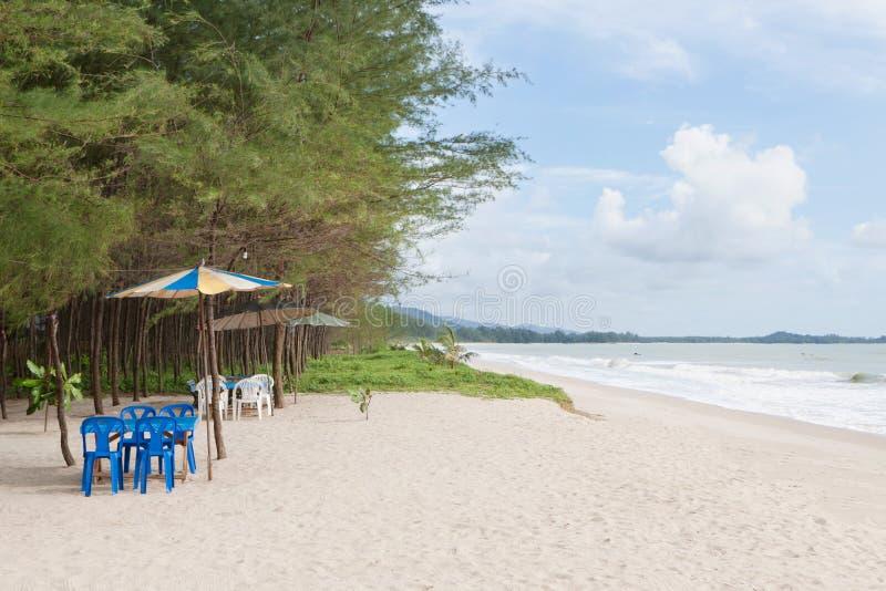 Tabela e cadeira na praia imagem de stock