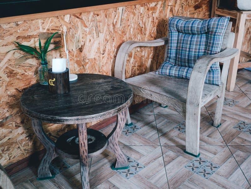 A tabela e a cadeira para sentam-se fotografia de stock