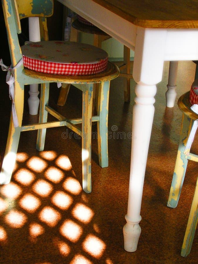 Tabela e cadeiras da casa de campo foto de stock