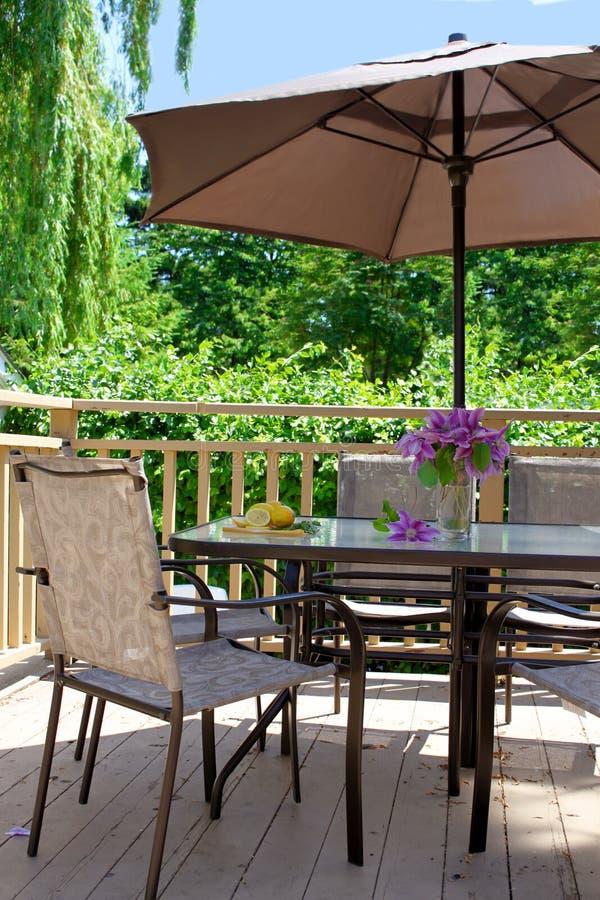 Tabela e cadeiras da plataforma imagens de stock royalty free