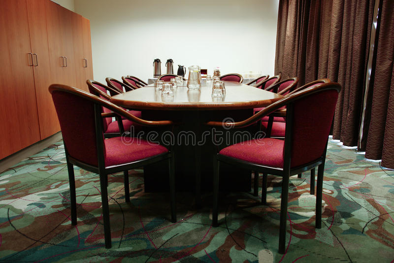 Tabela e cadeiras da sala de reuniões fotos de stock