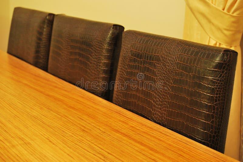 Tabela e cadeiras de couro foto de stock