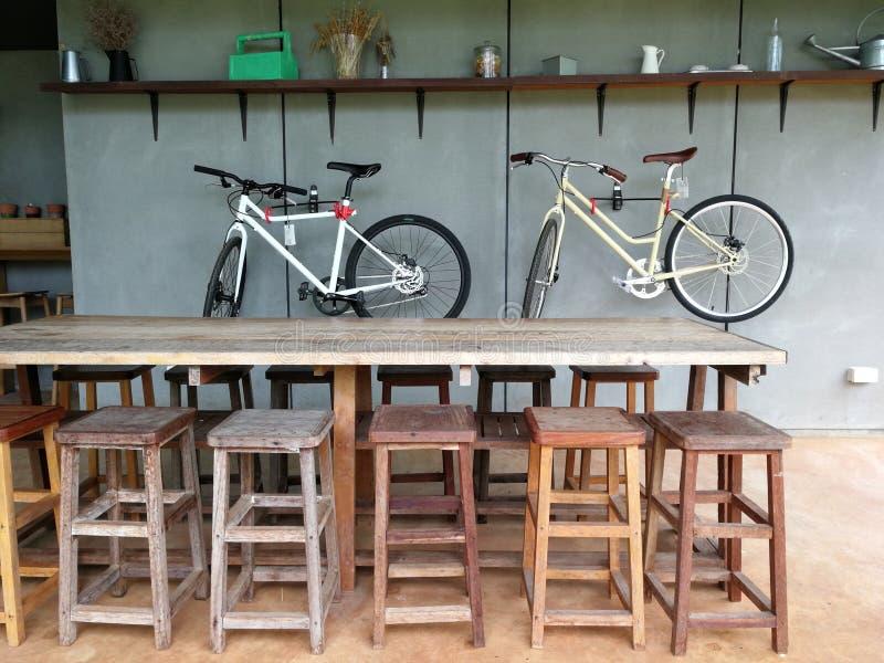 Tabela e cadeiras de madeira no restaurante fotografia de stock