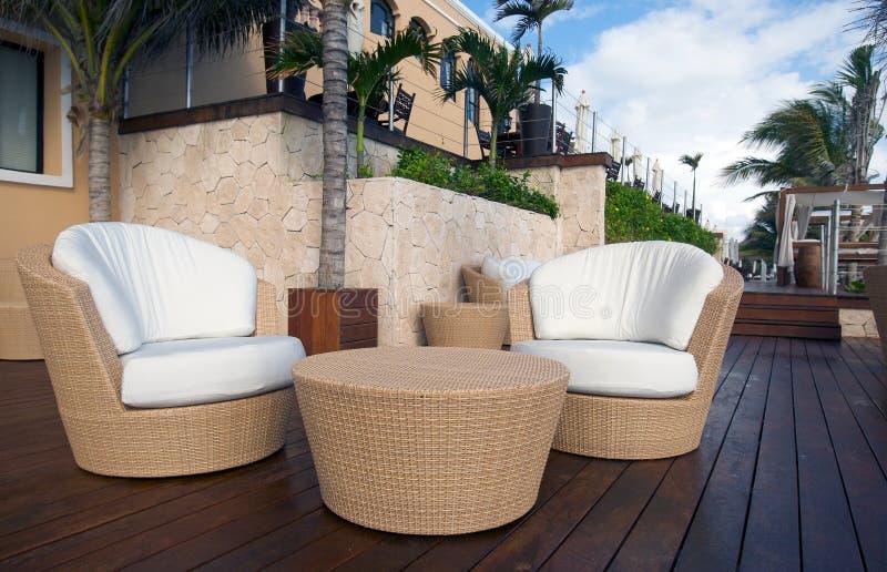 Tabela e cadeiras de vime no recurso luxuoso fotos de stock royalty free