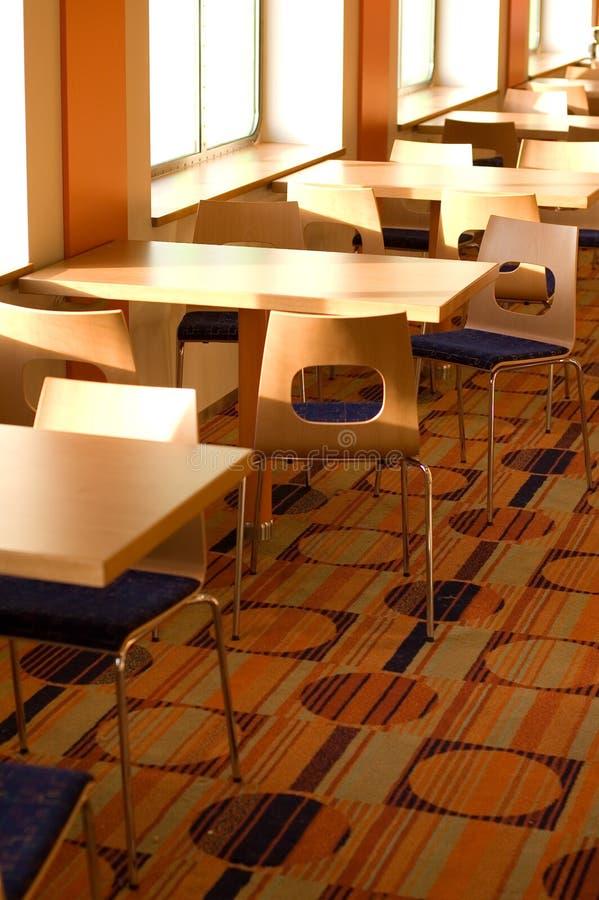 Tabela e cadeiras do café imagens de stock royalty free