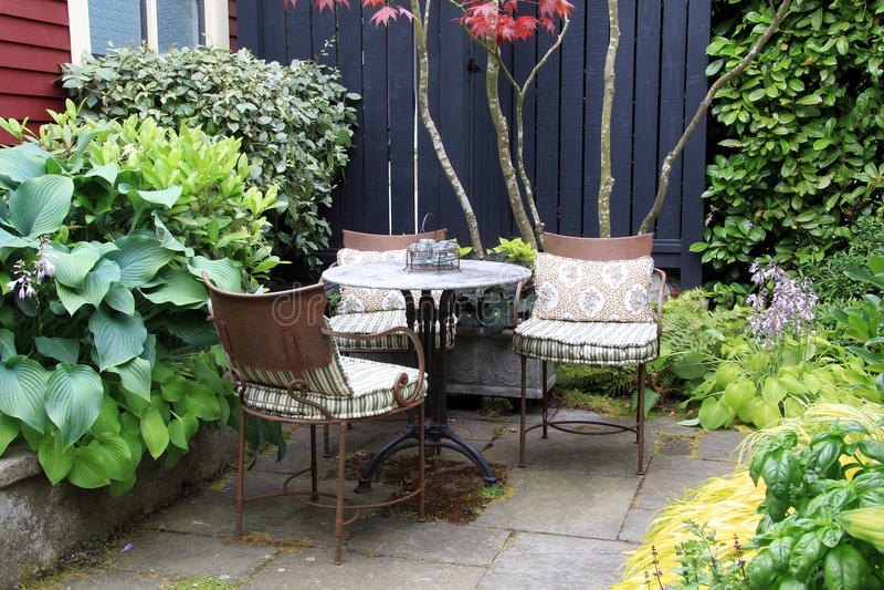 Tabela e cadeiras do jardim imagens de stock