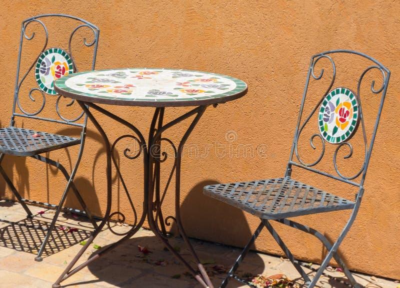 Tabela e cadeiras exteriores coloridas fotos de stock