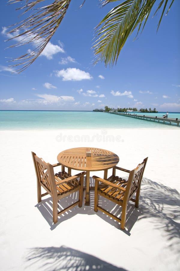 Tabela e cadeiras na praia foto de stock royalty free
